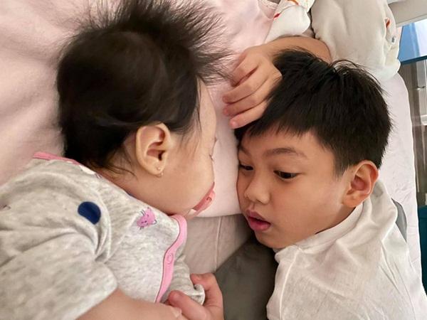 Một lúc có tận 3 em, Subeo ra dáng anh cả chững chạc thay Cường Đô la ru em gái ngủ