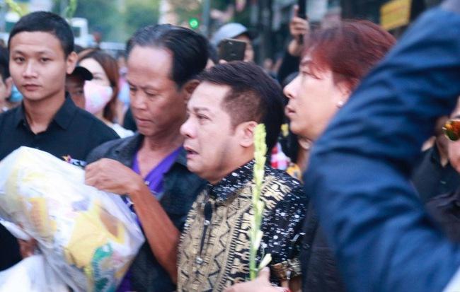 Nghệ sĩ Minh Nhí òa khóc nức nở phải có người dìu đi trong lễ động quan nghệ sĩ Anh Vũ