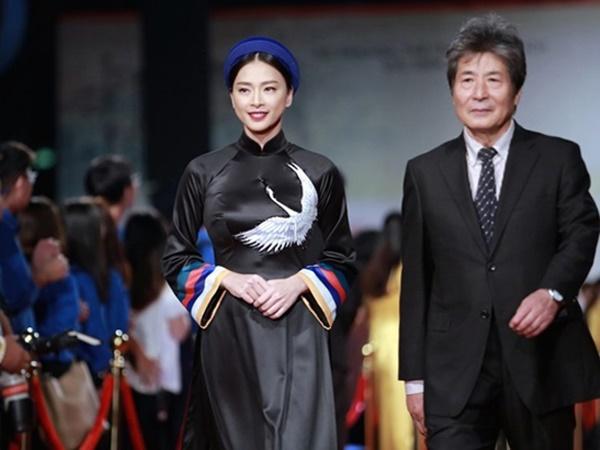 Ngô Thanh Vân không kịp thay áo dài, chạy vội đi gặp khán giả Hà Nội