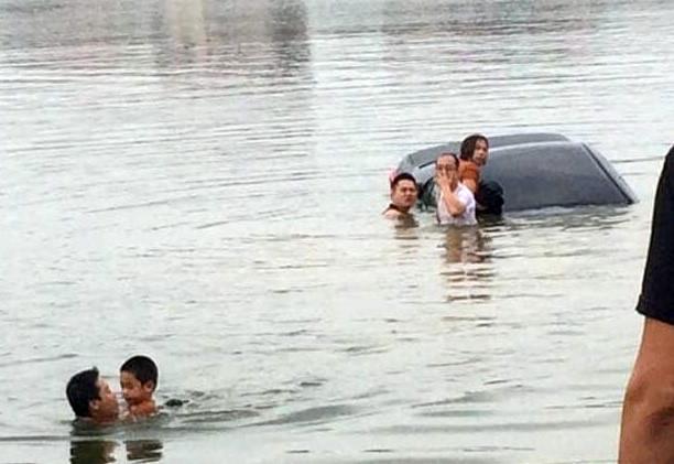 Người phụ nữ tập lái ôtô lao xe xuống hồ