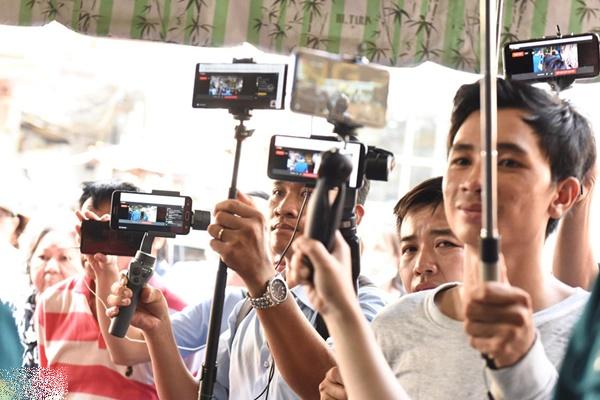 Nhiều người livestream gây phản cảm ở lễ tang diễn viên Anh Vũ