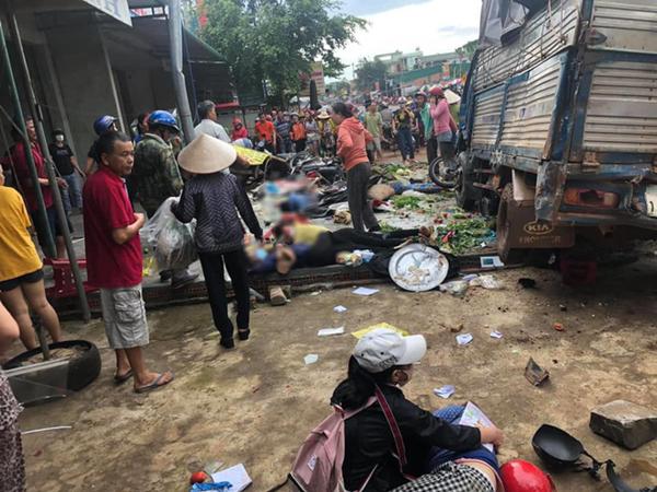 NÓNG: Kinh hoàng xe tải lao thẳng vào chợ, 5 người chết, nhiều người bị thương nằm la liệt
