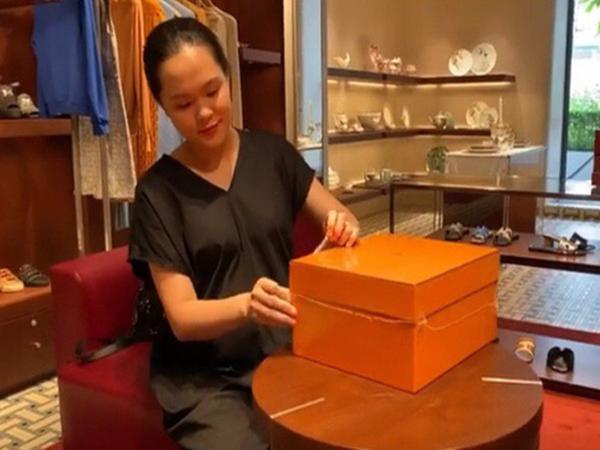 """Quỳnh Anh (vợ Duy Mạnh) khoe mặt """"mộc"""" khi đập hộp túi hàng hiệu trăm triệu, chị gái gây chú ý với câu hỏi: """"Yên tâm đi đẻ chưa"""""""