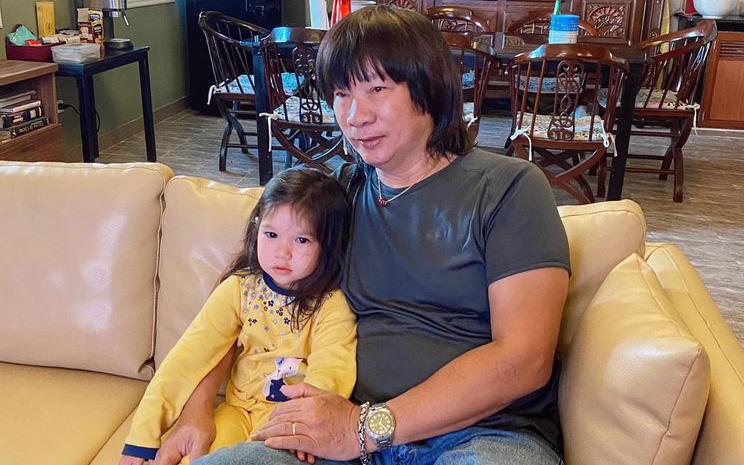 Siêu mẫu Hà Anh bất ngờ khoe ảnh con gái và bố trên trang cá nhân, kể chuyện về người bố họa sĩ chất lừ của mình