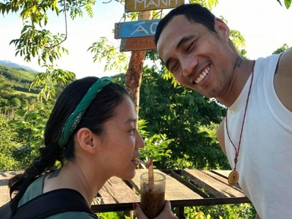 Tạm lánh showbiz sau thị phi, vợ chồng Phạm Anh Khoa chia sẻ khoảnh khắc tươi rói đi làm từ thiện