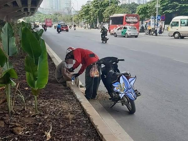 Thấy người nằm lả bên đường, tài xế xe ôm đem tặng bánh mỳ và chai nước, hành động sau đó càng gây xúc động