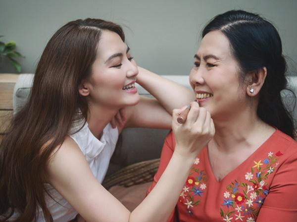 Trong ngày sinh nhật mẹ, Ngọc Lan nghẹn ngào chia sẻ về tình trạng sức khỏe của bà
