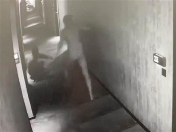 Tự ý vào phòng lúc đôi tình nhân đang tắm chung, quản lý khách sạn đỏ mặt vì thấy cảnh 'nhạy cảm'