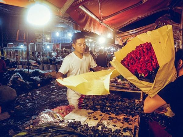 Tuấn Hưng đăng ảnh đi chợ mua hoa tặng vợ từ 4h sáng