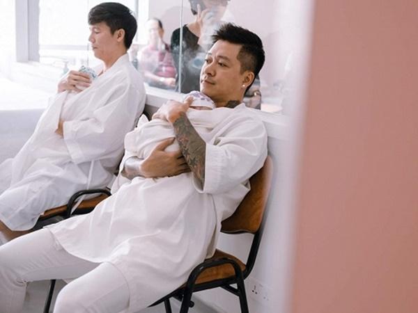 Tuấn Hưng lần đầu đăng ảnh bế con thứ 3 mới sinh, hài hước chia sẻ đang ngồi cạnh Lý Hải