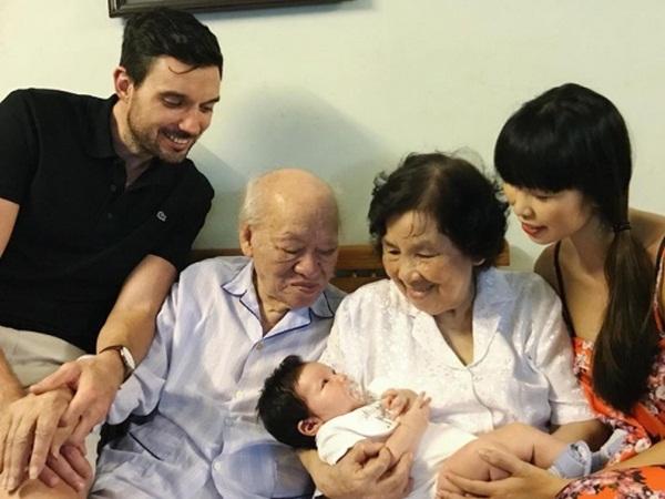 Vợ chồng Hà Anh đưa con hơn 1 tháng tuổi ra Hà Nội thăm gia đình sau chuyến du lịch Đà Nẵng