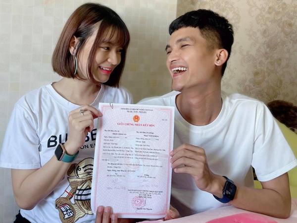 Sau 2 ngày kết hôn, vợ chồng Mạc Văn Khoa đón con gái đầu lòng, em bé được đưa vào lồng kính chăm sóc đặc biệt