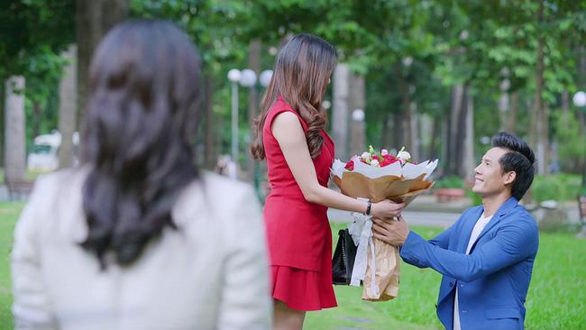 """""""Gạo nếp gạo tẻ"""": Vừa mới gặp lại, Hương đã choáng váng khi nhìn Tường quỳ xuống tỏ tình với cô gái khác"""