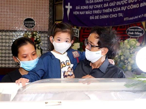 Nhói lòng hình ảnh con gái Mai Phương đến lễ tang nhìn mặt mẹ lần cuối