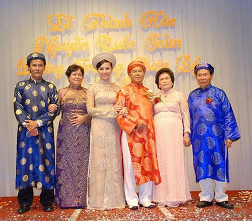 Bà Tư Hường (thứ hai từ trái sang) trong đám cưới của Á hậu Thiên Lý.