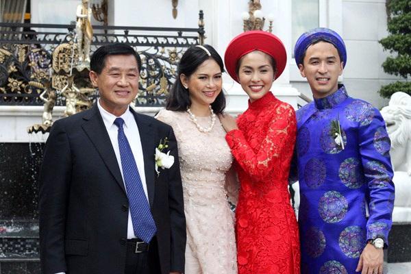 Vợ chồng Tăng Thanh Hà chụp ảnh cùng bố mẹ trong đám cưới.