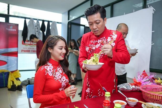 Những mỹ nhân Việt được 'nửa kia' chăm sóc từng ly từng tý ở sự kiện - Ảnh 6