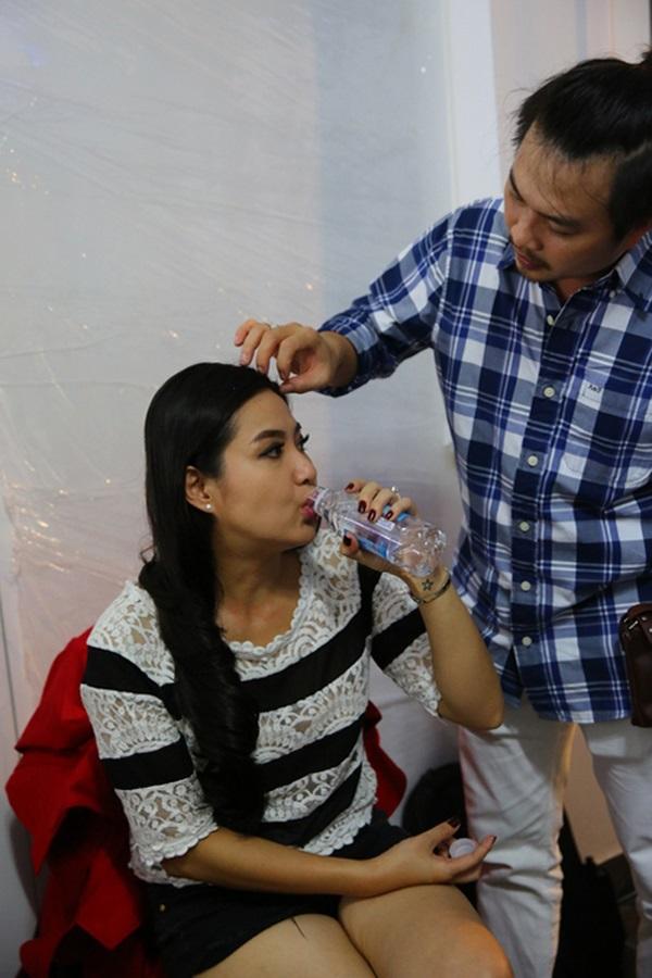Những mỹ nhân Việt được 'nửa kia' chăm sóc từng ly từng tý ở sự kiện - Ảnh 9