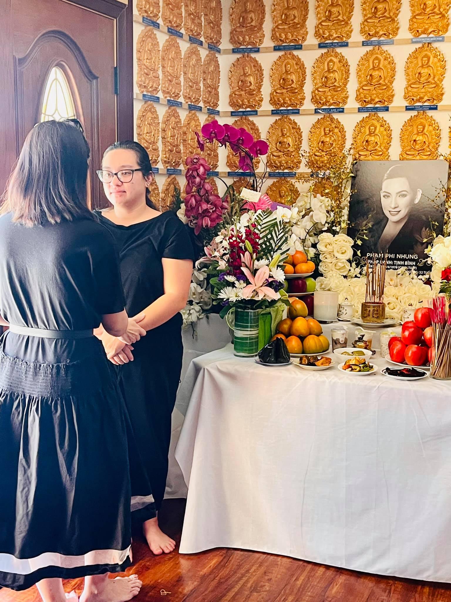 Con gái Phi Nhung lộ diện xanh xao, đôi mắt sưng húp trong tang lễ của mẹ tại Mỹ - Ảnh 2
