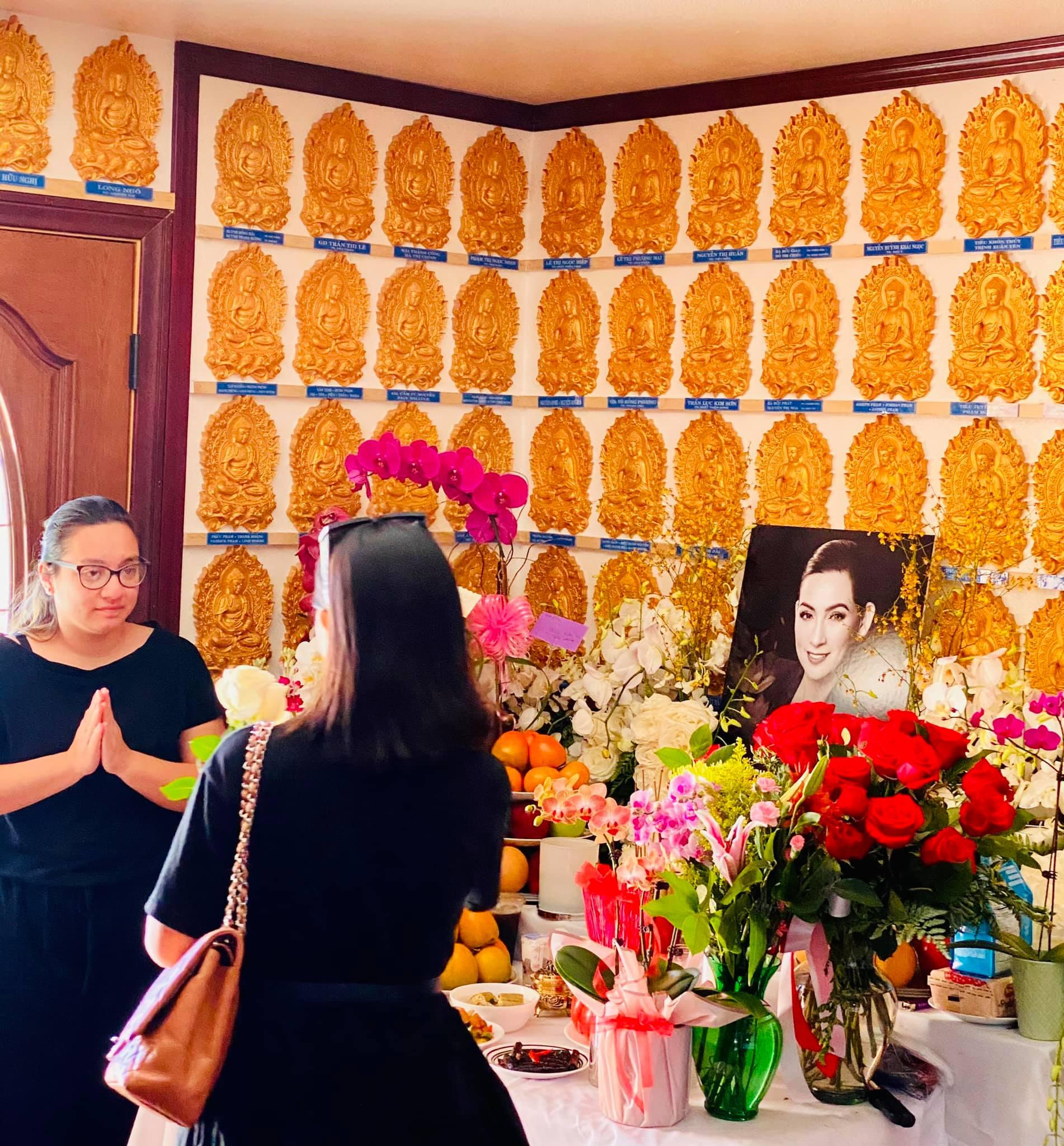 Con gái Phi Nhung lộ diện xanh xao, đôi mắt sưng húp trong tang lễ của mẹ tại Mỹ - Ảnh 3