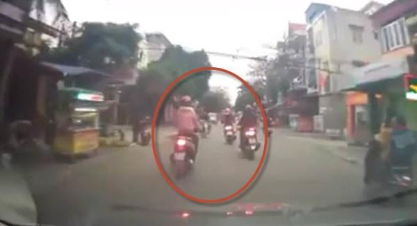 Clip nữ ninja ở Hà Nội phóng xe như bay tông người rẽ trái không nhìn đường - Ảnh 1
