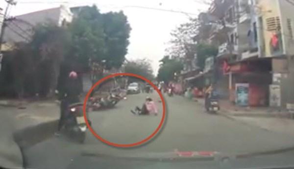 Clip nữ ninja ở Hà Nội phóng xe như bay tông người rẽ trái không nhìn đường - Ảnh 2