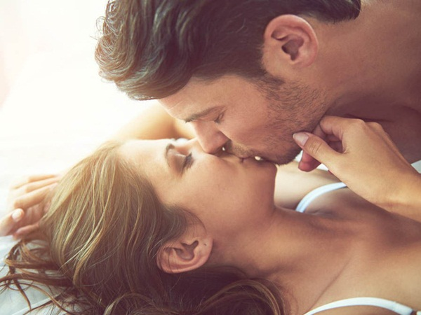 Cảnh báo: Kiểu hôn lãng mạn cặp đôi nào cũng đã thử qua có thể là nguyên nhân khiến bạn lây bệnh lậu ở cổ họng