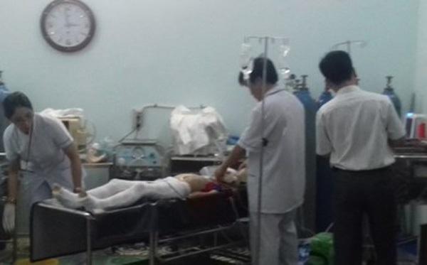 Chở con đi học nữ giáo viên bị cột điện đổ vào người tử vong - Ảnh 1