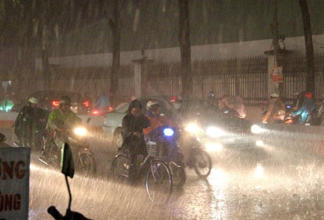 Một học sinh thiệt mạng trong cơn mưa như trút nước ở Sài Gòn - Ảnh 1