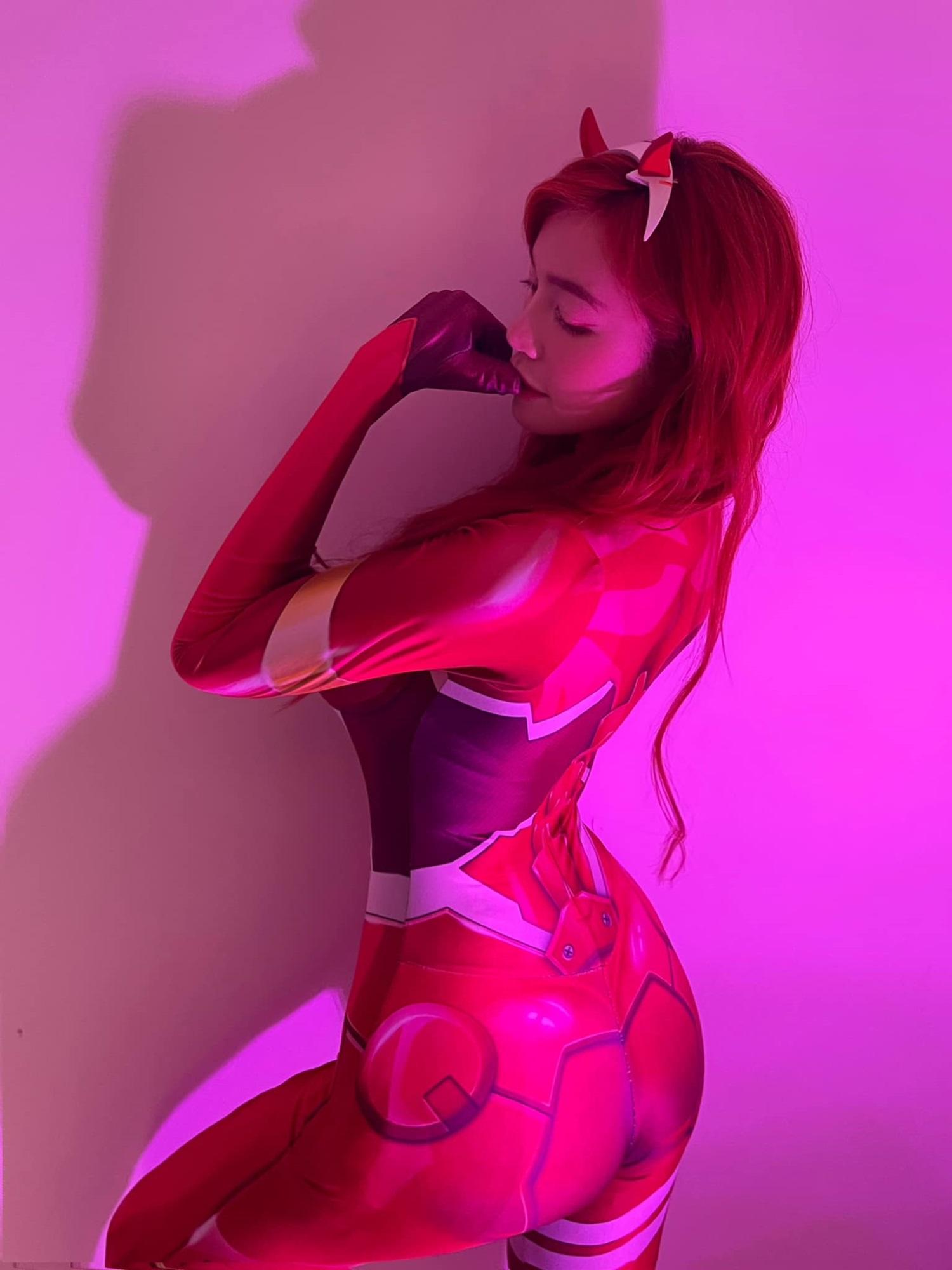 Cosplay nhân vật 'mèo méo meo', hot girl ngực khủng trở lại đường đua 'phồn thực' với body gây choáng - Ảnh 2