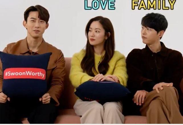 Song Joong Ki 'gây bão' vì ngồi chạm... vòng ba với bạn diễn nữ ngay trên truyền hình, còn nhắc đến 'gia đình' nhưng vội đính chính - Ảnh 4