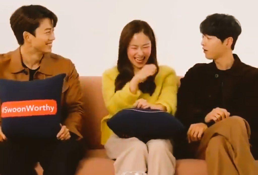 Song Joong Ki 'gây bão' vì ngồi chạm... vòng ba với bạn diễn nữ ngay trên truyền hình, còn nhắc đến 'gia đình' nhưng vội đính chính - Ảnh 5