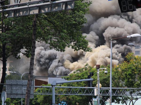 TP.HCM: Cháy quán bar ở Quận 1, toàn bộ học sinh trường cấp 3 Ernst Thalmann sát bên sơ tán khẩn cấp