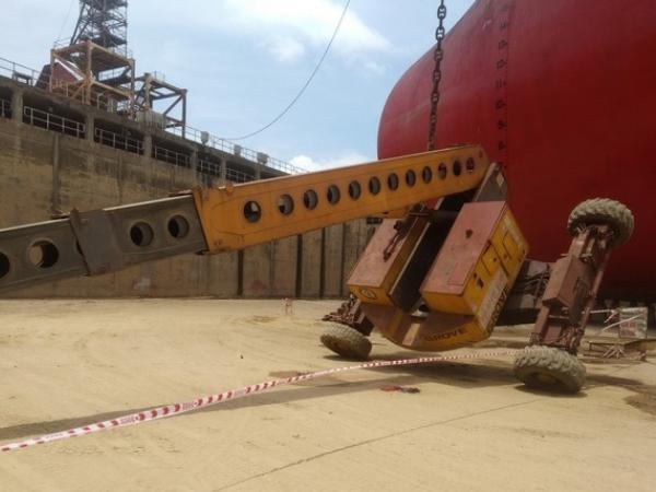 Quảng Ngãi: Xe nâng gặp sự cố, 2 người rơi ở độ cao 25 mét xuống đất tử vong