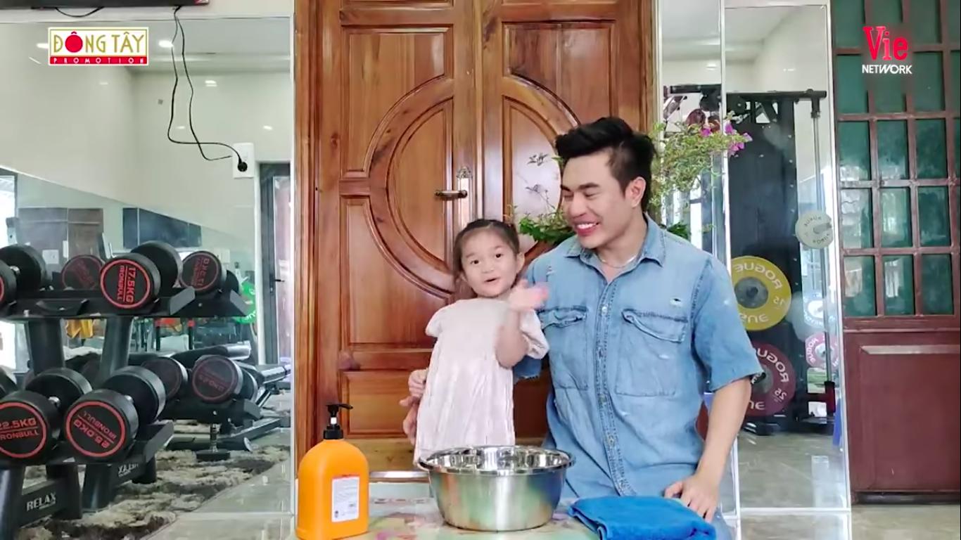 Giỏi như con gái Dương Lâm, 3 tuổi đã biết cùng ba lên sóng truyền hình, lại còn biết đút cho em ăn phụ ngoại - Ảnh 1