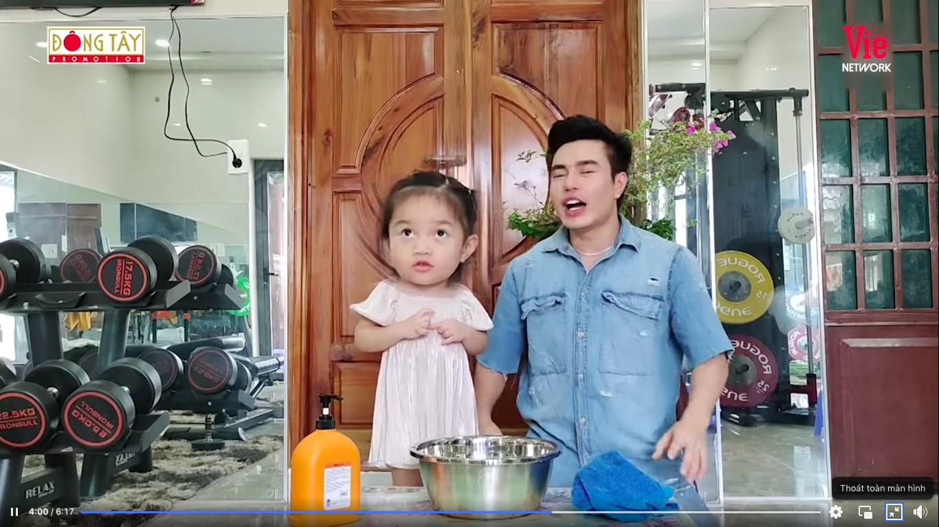 Giỏi như con gái Dương Lâm, 3 tuổi đã biết cùng ba lên sóng truyền hình, lại còn biết đút cho em ăn phụ ngoại - Ảnh 10
