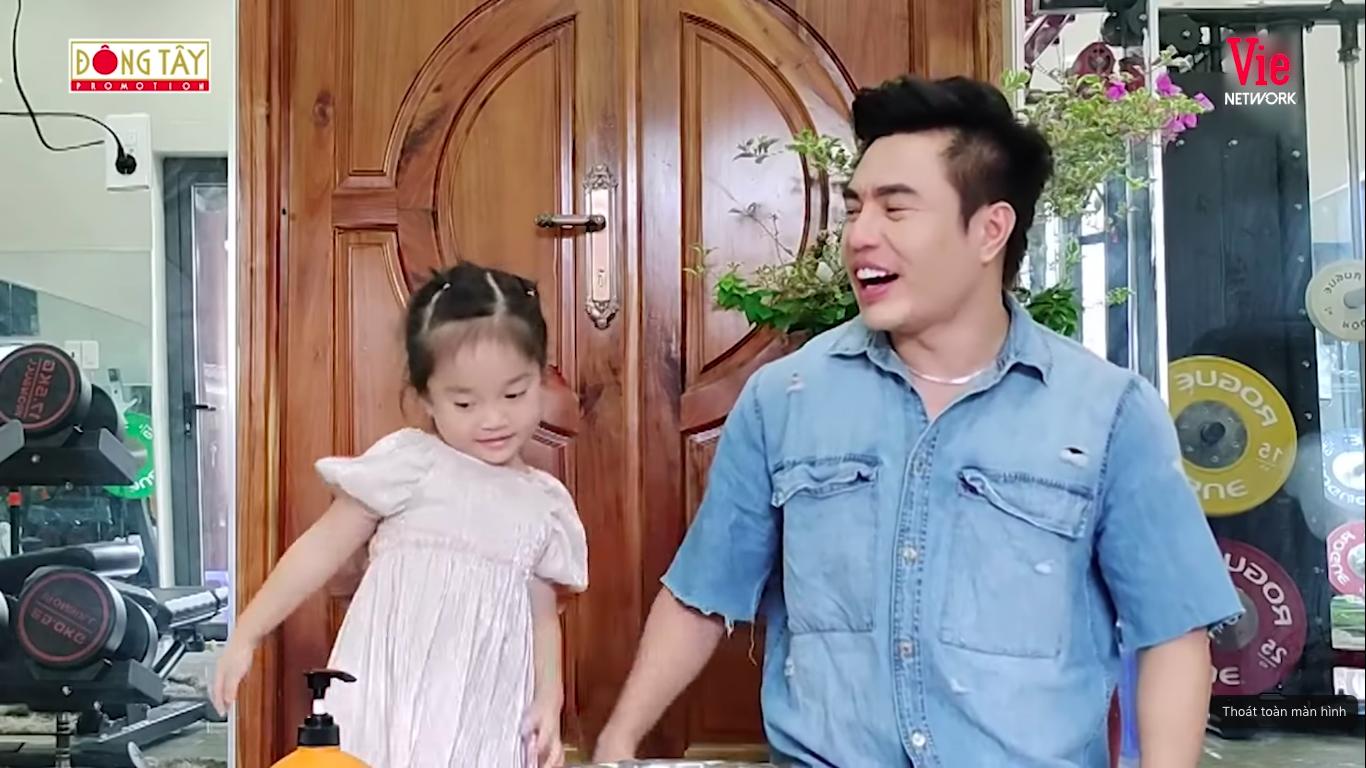 Giỏi như con gái Dương Lâm, 3 tuổi đã biết cùng ba lên sóng truyền hình, lại còn biết đút cho em ăn phụ ngoại - Ảnh 11