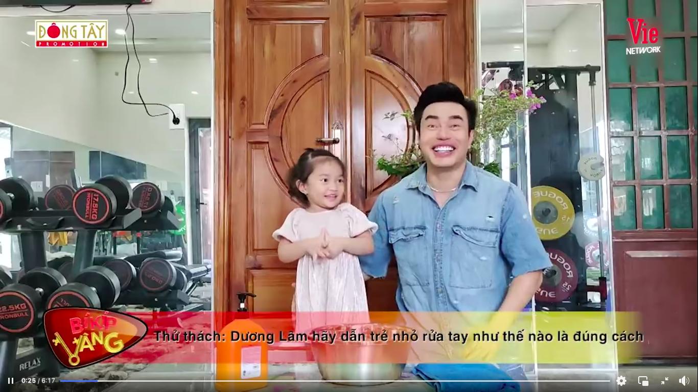 Giỏi như con gái Dương Lâm, 3 tuổi đã biết cùng ba lên sóng truyền hình, lại còn biết đút cho em ăn phụ ngoại - Ảnh 2