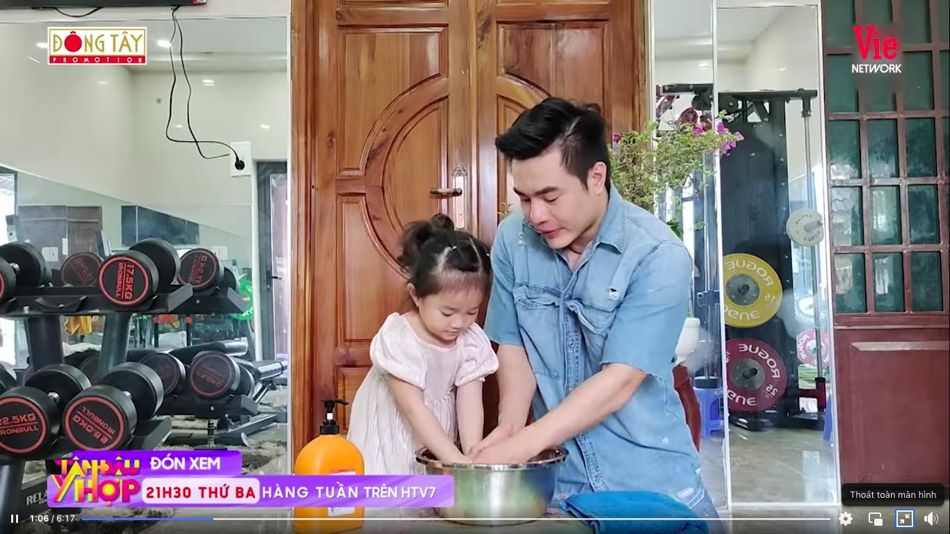 Giỏi như con gái Dương Lâm, 3 tuổi đã biết cùng ba lên sóng truyền hình, lại còn biết đút cho em ăn phụ ngoại - Ảnh 3