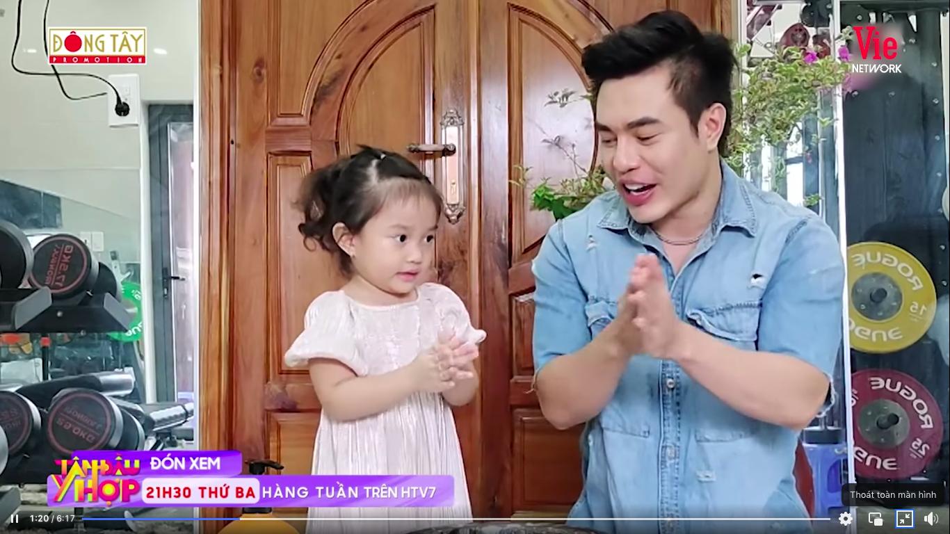 Giỏi như con gái Dương Lâm, 3 tuổi đã biết cùng ba lên sóng truyền hình, lại còn biết đút cho em ăn phụ ngoại - Ảnh 4