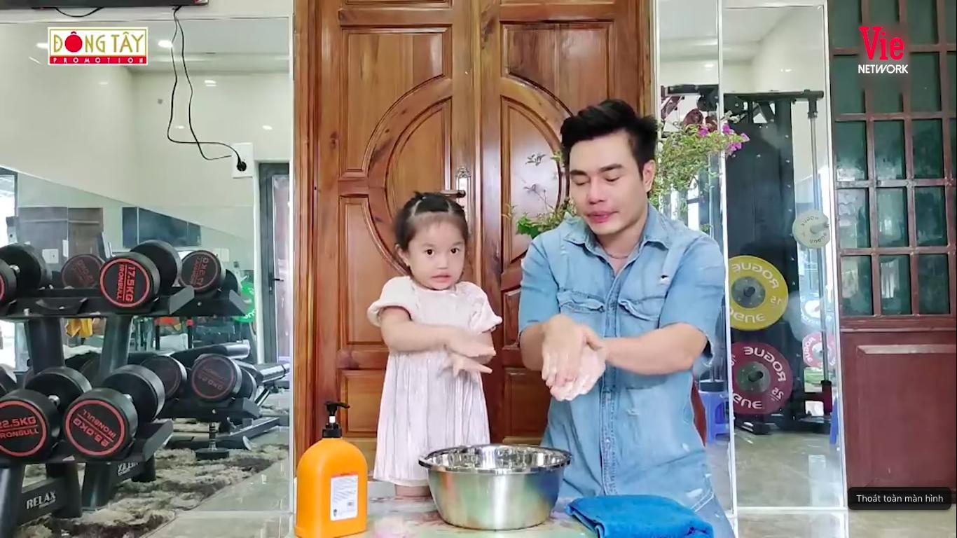 Giỏi như con gái Dương Lâm, 3 tuổi đã biết cùng ba lên sóng truyền hình, lại còn biết đút cho em ăn phụ ngoại - Ảnh 5