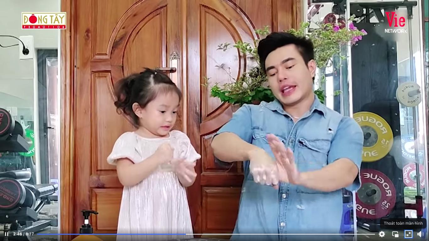 Giỏi như con gái Dương Lâm, 3 tuổi đã biết cùng ba lên sóng truyền hình, lại còn biết đút cho em ăn phụ ngoại - Ảnh 7
