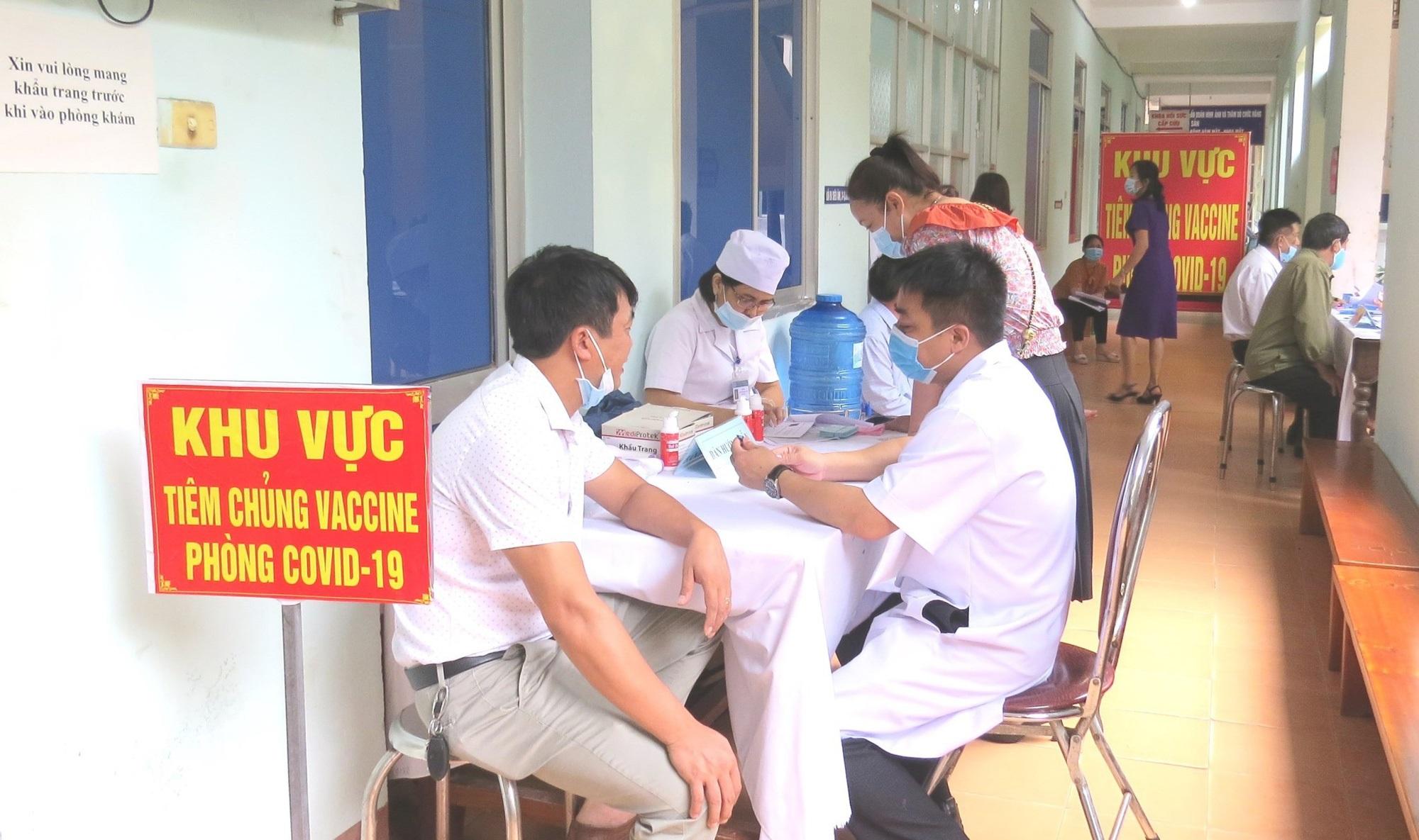 CDC Quảng Bình nói gì về nữ giáo viên tiêm 2 mũi vắc xin Covid-19 cùng lúc, muốn tiêm 4 mũi liên tục? - Ảnh 1