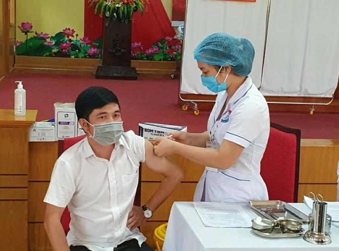 CDC Quảng Bình nói gì về nữ giáo viên tiêm 2 mũi vắc xin Covid-19 cùng lúc, muốn tiêm 4 mũi liên tục? - Ảnh 2
