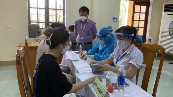 Hy hữu nữ giáo viên ở Quảng Bình tiêm 2 mũi vắc xin phòng Covid-19 cách nhau 10 phút: 'Tôi định tiêm 4 bàn 4 mũi' - Ảnh 1