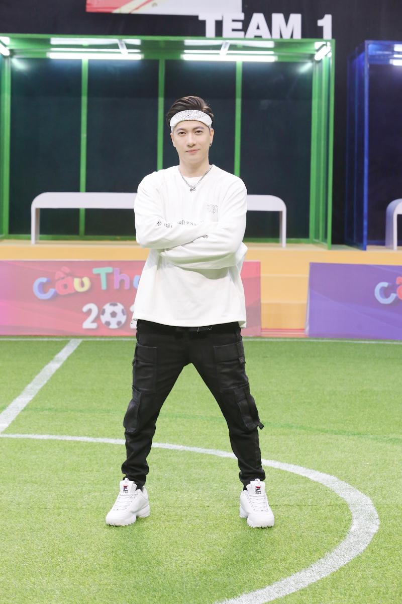 Điển trai như S.T Sơn Thạch: Đi huấn luyện bóng đá mà cứ ngỡ như đang chuẩn bị diễn concert đến nơi - Ảnh 1