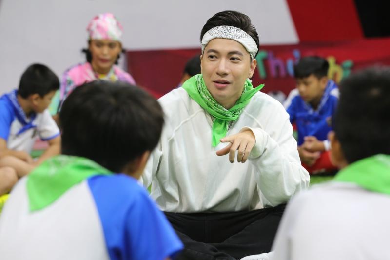 Điển trai như S.T Sơn Thạch: Đi huấn luyện bóng đá mà cứ ngỡ như đang chuẩn bị diễn concert đến nơi - Ảnh 3