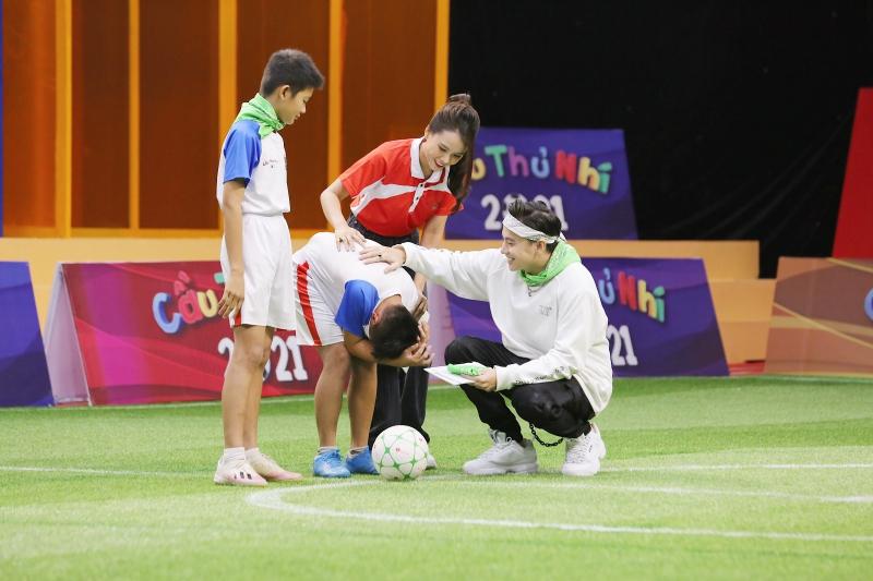 Điển trai như S.T Sơn Thạch: Đi huấn luyện bóng đá mà cứ ngỡ như đang chuẩn bị diễn concert đến nơi - Ảnh 4