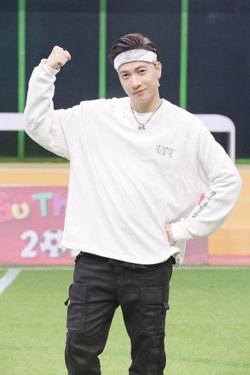 Điển trai như S.T Sơn Thạch: Đi huấn luyện bóng đá mà cứ ngỡ như đang chuẩn bị diễn concert đến nơi - Ảnh 6