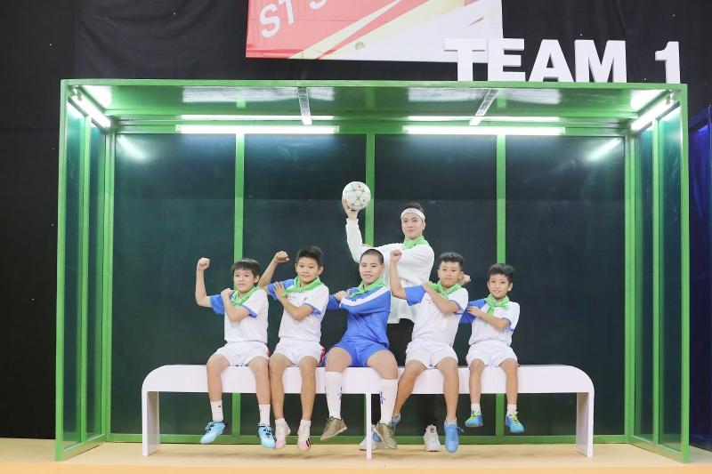 Điển trai như S.T Sơn Thạch: Đi huấn luyện bóng đá mà cứ ngỡ như đang chuẩn bị diễn concert đến nơi - Ảnh 7